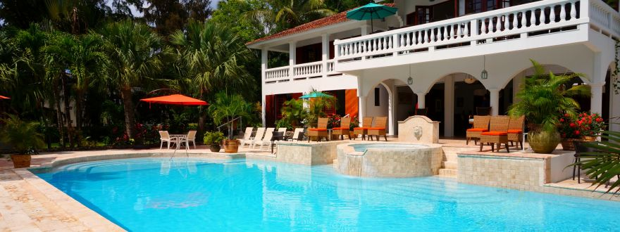 Large and luxurious backyard pool.
