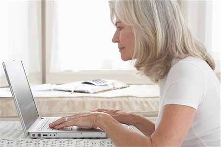 a older lady getting medicare insurance online